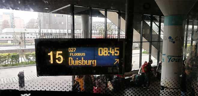 Табло отправления автобуса в Леголенд.