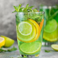 Лимонад с дольками лайма