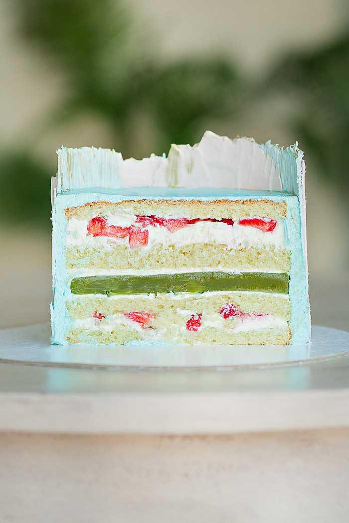 Разрез торта с клубникой