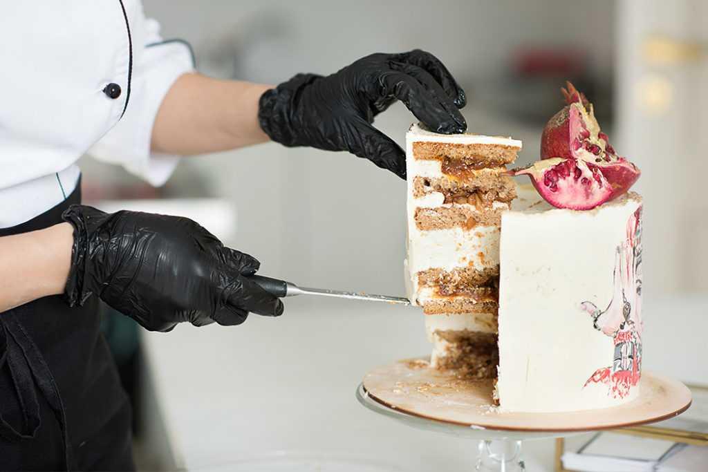 Кусок гранатового торта