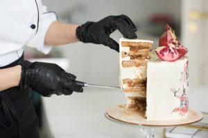 Разрез торта с гранатом