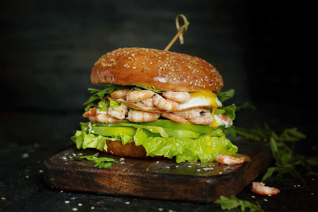 Бургер с креветками и авокадо