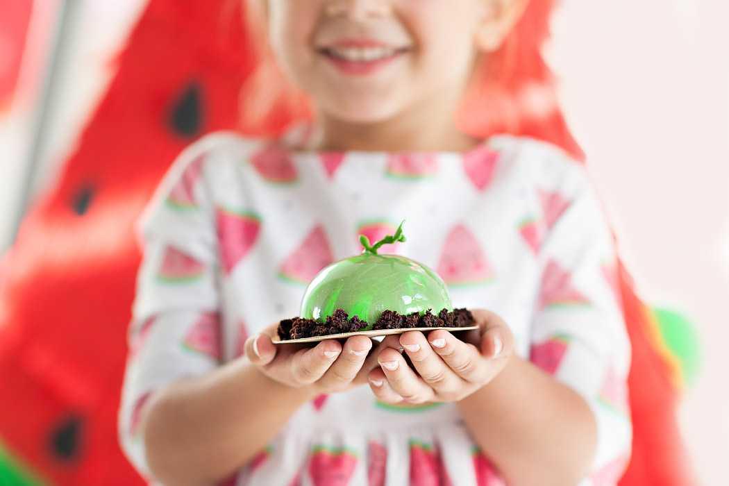 Арбузное пирожное в руках ребенка